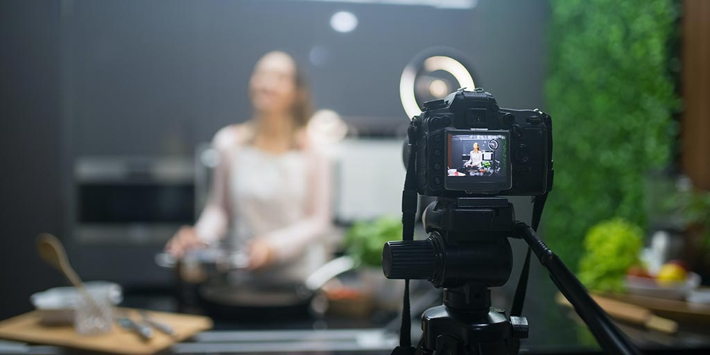 El video puede ser el mejor aliado en la promoción del hotel, especiamente para pequeños y medianos establecimientos. Actualmente, internet ofrece muchos recursos gratuitos como YouTube y Vimeo para compartir contenidos con una audiencia masiva y difundir videos promocionales para hoteles.